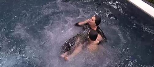 Grande Fratello Vip: Corinne Cléry si toglie il costume in piscina.