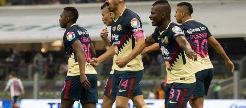 Oribe Peralta anotando un gol contra las Chivas