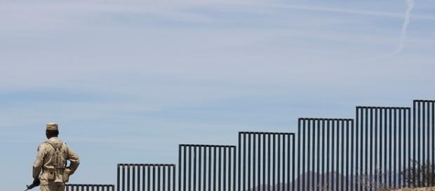 Cuerpos de seguridad vigilando la frontera entre México y EEUU.