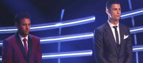 Cristiano Ronaldo e Neymar em cerimônia de prêmios