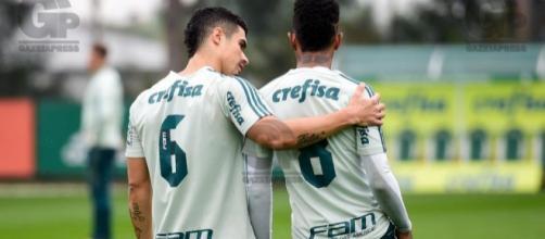 Egídio ao lado de Tchê Tchê, ambos do Palmeiras