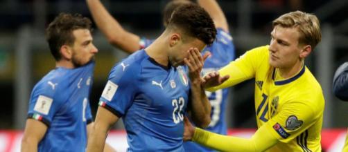 Emil Forsberg consuela a El Sharaawy después de la eliminación de Italia. mirror.co.uk
