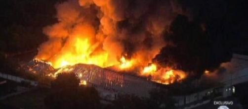 Incêndio atinge galpão da Rede Globo, na Zona Oeste do Rio