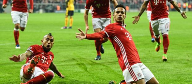Bayern Spieler feiern den Torerfolg (Quelle: dailymail.co.uk)