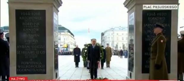 Donald Tusk podczas składnia kwiatów na Grobie Nieznanego Żołnierza (screen Twitter).