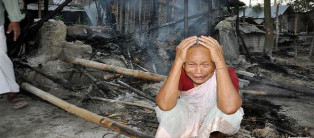 Habitantes apavorados com violenta reação dos muçulmanos. Casas foram queimadas e depredadas (DhakaTribune)