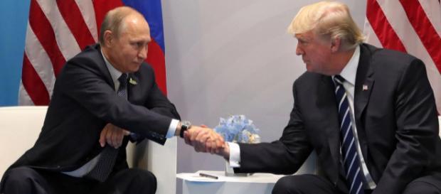 Întâlnirea dintre Vladimir Putin și Donald Trump la Hamburg în Germania, din luna Iulie - Foto: Daily Mail (CREDIT: MICHAEL KLIMENTYEV/EPA)