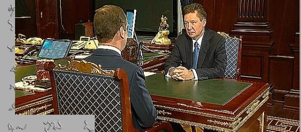 Premier Miedwiediew (tyłem do kamery) i szef Gazpromu; obok komputer z krajowym systemem operacyjnym (YouTube screenshot)