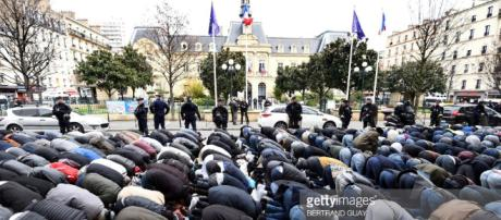 100 politicans protest the Muslim prayers that are taking place on the street in a Paris suburb.