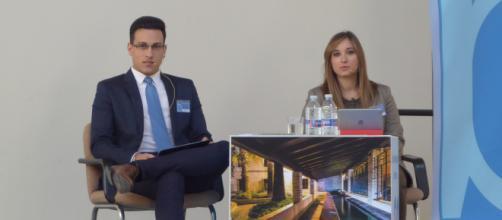 Carlos Navarro y Serezade Enguídanos durante el desarrollo de la primera mesa