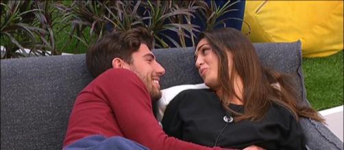 Ignazio Moser e Cecilia Rodriguez innamorati e sorridenti si guardano negli occhi