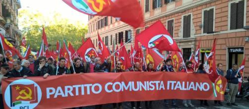Lo spezzone del PCI durante la manifestazione dell'11 novembre a Roma