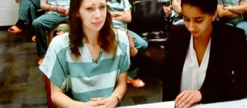 Marissa Wallen (à esquerda) em audiência em tribunal de Washington (Foto; Captura de vídeo/Kiro 7)