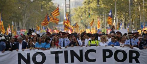 Multitudinaria manifestación en Barcelona en favor de los ex miembros del Govern encarcelados - lavanguardia.com