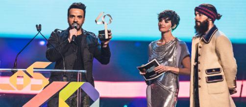 Luis-Fonsi-recoge-su-premios-en-LOS40-Music-Awards