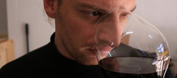 Francesco Gabriele Bafaro, imprenditore e archeologo, mentre esamina la risposta olfattiva dell'Acroneo