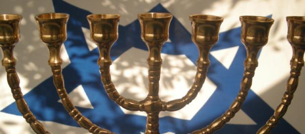 Menorá y bandera del Estado de Israel