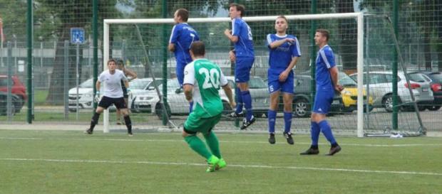 So löchrig wie in diesem Testspiel präsentierte sich die Abwehr der Lache beim 3:0 in Großrudestedt mitnichten. Foto: Martin Bogatz