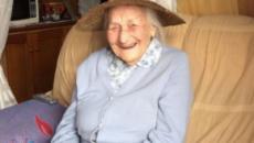 Aos 104 anos, idosa consegue emprego de volta e sorri outra vez