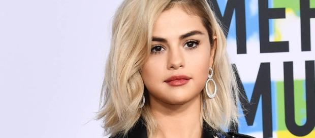 Selena Gomez Debuts Blond Hair: American Music Awards Red Carpet ... - footwearnews.com
