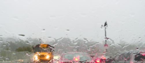 A visibilidade reduzida é um dos fatores que mais dificultam a direção durante as chuvas