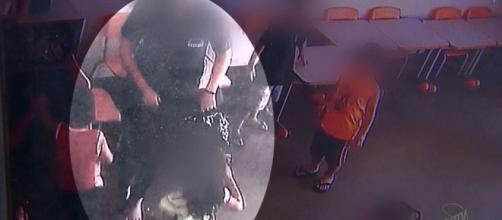 As imagens das câmeras de segurança registraram a professora com o saco de lixo na mão. (Foto: Captura de vídeo)