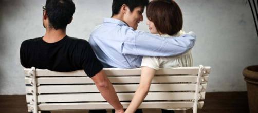 Fatores como dependência financeira e satisfação no relacionamento influenciam na traição