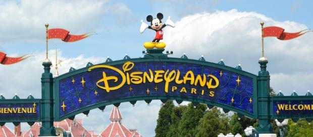 Disneyland Paris sign to the entrance of the Magic Kingdom park - Pixabay