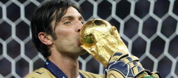 Gianluigi Buffon mit dem WM-Pokal - Foto - FOCUS Online - focus.de