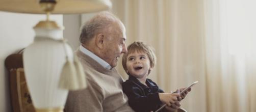 Un 'bonus nonni' per aiutare i nipoti