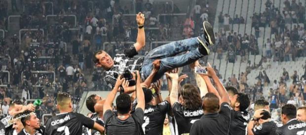Elenco comemorou o título com o treinador em Itaquera (Foto: Reprodução/Djalma Vassão/Gazeta Press)