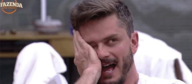 """Ex-BBB insinua que Marcos é gay: """"Ele olhava pra mim quando eu dançava"""""""