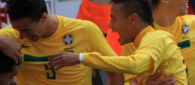 Neymar with fellow Brazilian players - Wikimedia commons