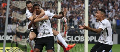 Jô comandou a virada do Corinthians, que bateu o Flu por 3 a 1 e garantiu o heptacampeonato brasileiro.