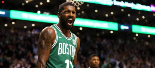 Kyrie Irving comemorando cesta dos Celtics no TD Garden