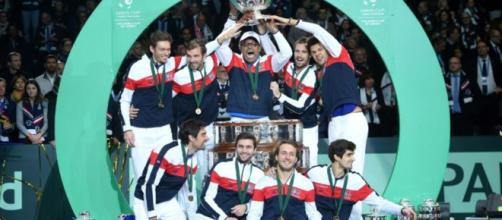 L'équipe de France soulevant le Coupe Davis