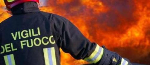 Vigili del fuoco intervengono per spegnere le fiamme