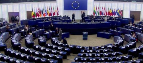 Il Parlamento Europeo con le poltrone vuote