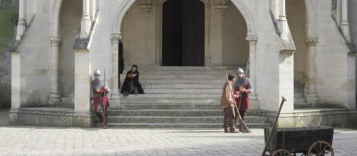 Les figurants de la saison 5 de la série Merlin patientent entre deux scènes. Photo prise par Sophie Bourrier au Château de Pierrefonds.
