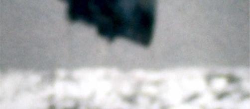 ovni triangular sobrevolando la superficie del mar.