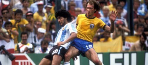 Paulo Roberto Falcao, contrasto con Maradona in Brasile-Argentina dei Mondiali 1982