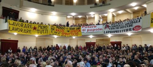 La platea dell'assemblea per una lista popolare di sinistra del 18 novembre (Foto esclusiva di Maurizio Ribechini)