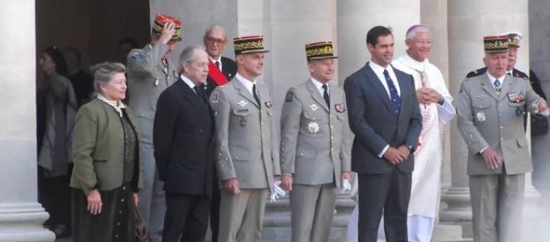 Le Comte de Paris (à gauche, en noir) et Louis XX, Duc d'Anjou (à droite, cravate bleu)