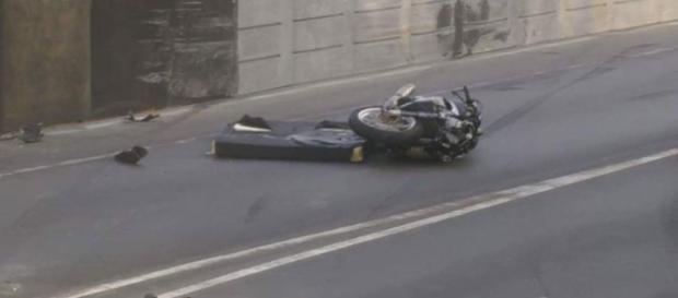 Moto ficou destruída após a batida
