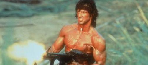 Sylvester Stallone, en una típica imagen de Johnny Rambo, su personaje justiciero ex combatiente de Vietnam, con su inseparable metralleta