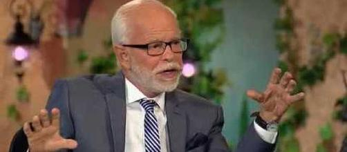 Tevangelist Jim Bakker warns people to buy his pancakes mix [Image: BongBang Channel/YouTube screenshot]