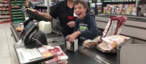 Gesto impactante na vida de um garotinho com paralisia cerebral (Foto: Captura de vídeo)