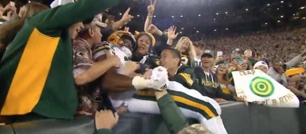 Aaron Jones scores a touchdown for the Packers. [Image via MLG Highlights/YouTube Screencap]
