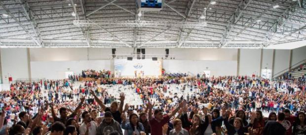 Milhares de pessoas rezam pedindo a Deus a vida eterna