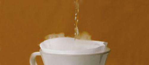 Bere acqua cada fa bene alla salute.